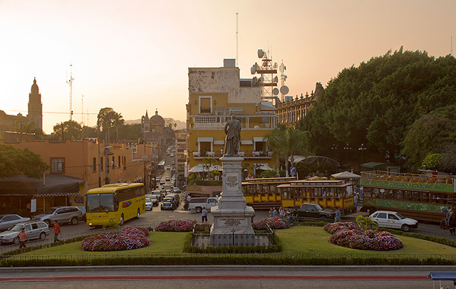"In Cuernavaca, Mexico, a ""spy"" network makes the decentralized bus system more efficient. As a consequence, the departure times of buses exhibit a ubiquitous pattern known as ""universality."" (Photo: Marco de Leija)"