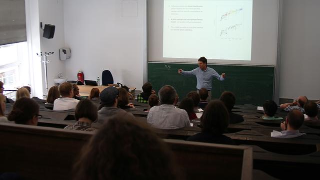 Michael Lässig lecturing.