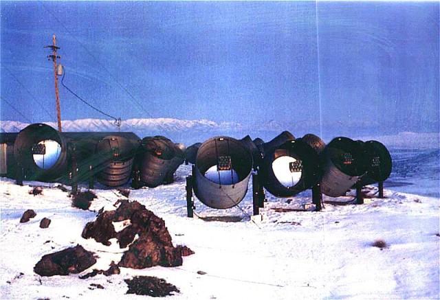 """Matriz do olho da mosca operado fora de Dugway Proving Ground, uma base militar no deserto de Utah ocidental, 1981-1993;  ele foi pioneiro na """"técnica de fluorescência de ar"""" para determinar as energias e direções de raios cósmicos ultra-energéticos baseados em luz fraca emitida pelas moléculas de ar de azoto como o chuveiro ao ar de raios cósmicos atravessa a atmosfera.  Em 1991, o olho do Fly detectado um raio cósmico que ainda detém o recorde mundial de partículas de energias elevadas."""