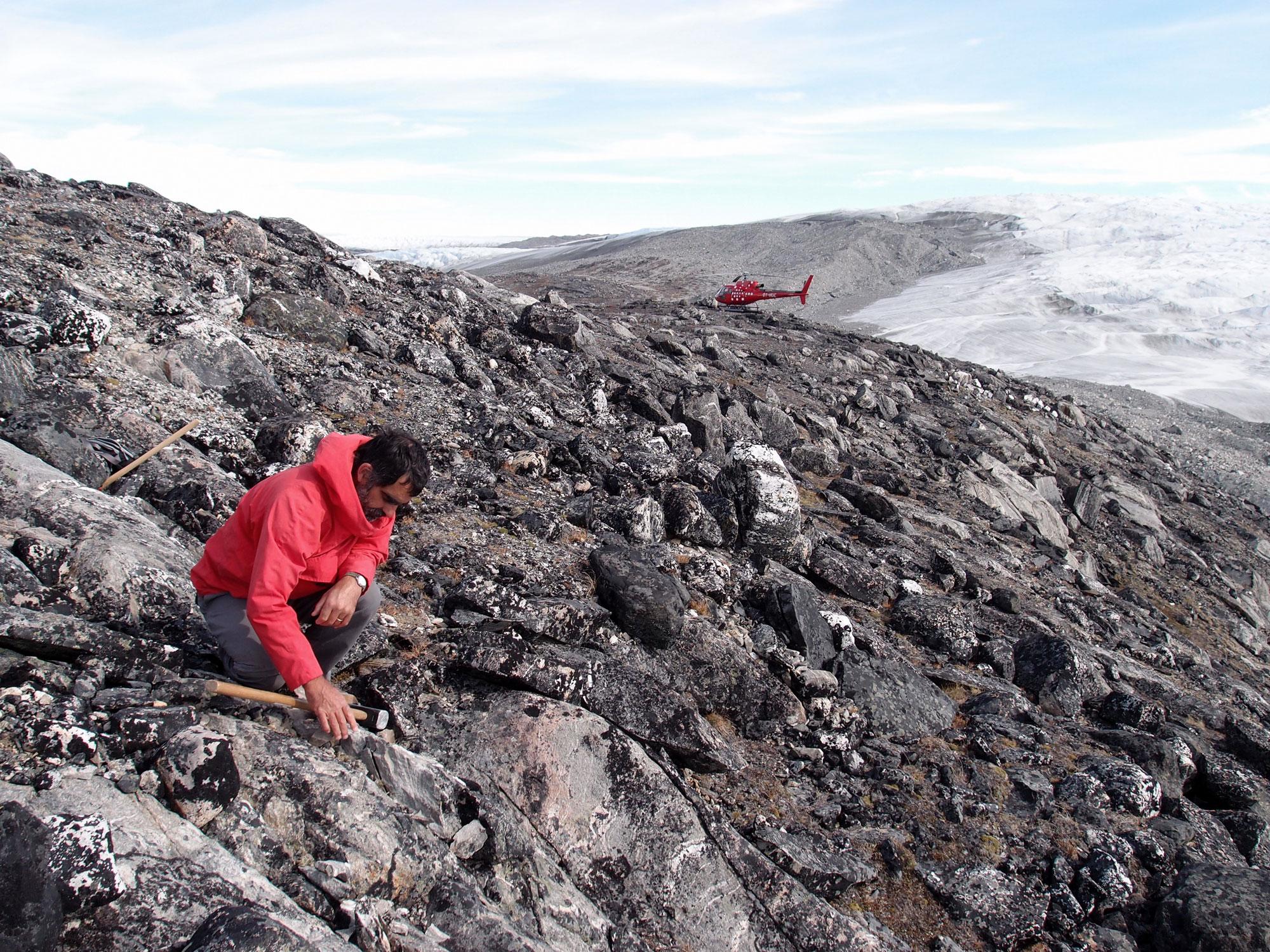Аллен Нутман ищет древние микрофоссилии в поясе Исуа на юге Гренландии.