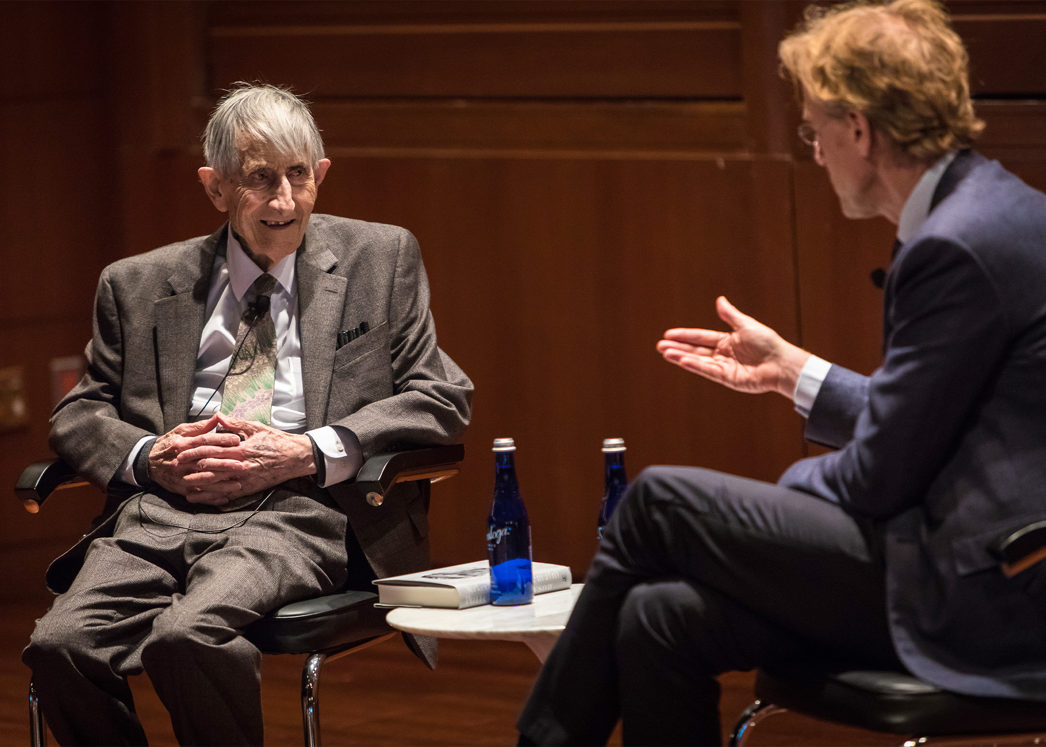Photo of Freeman Dyson and Robbert Dijkgraaf talking on stage