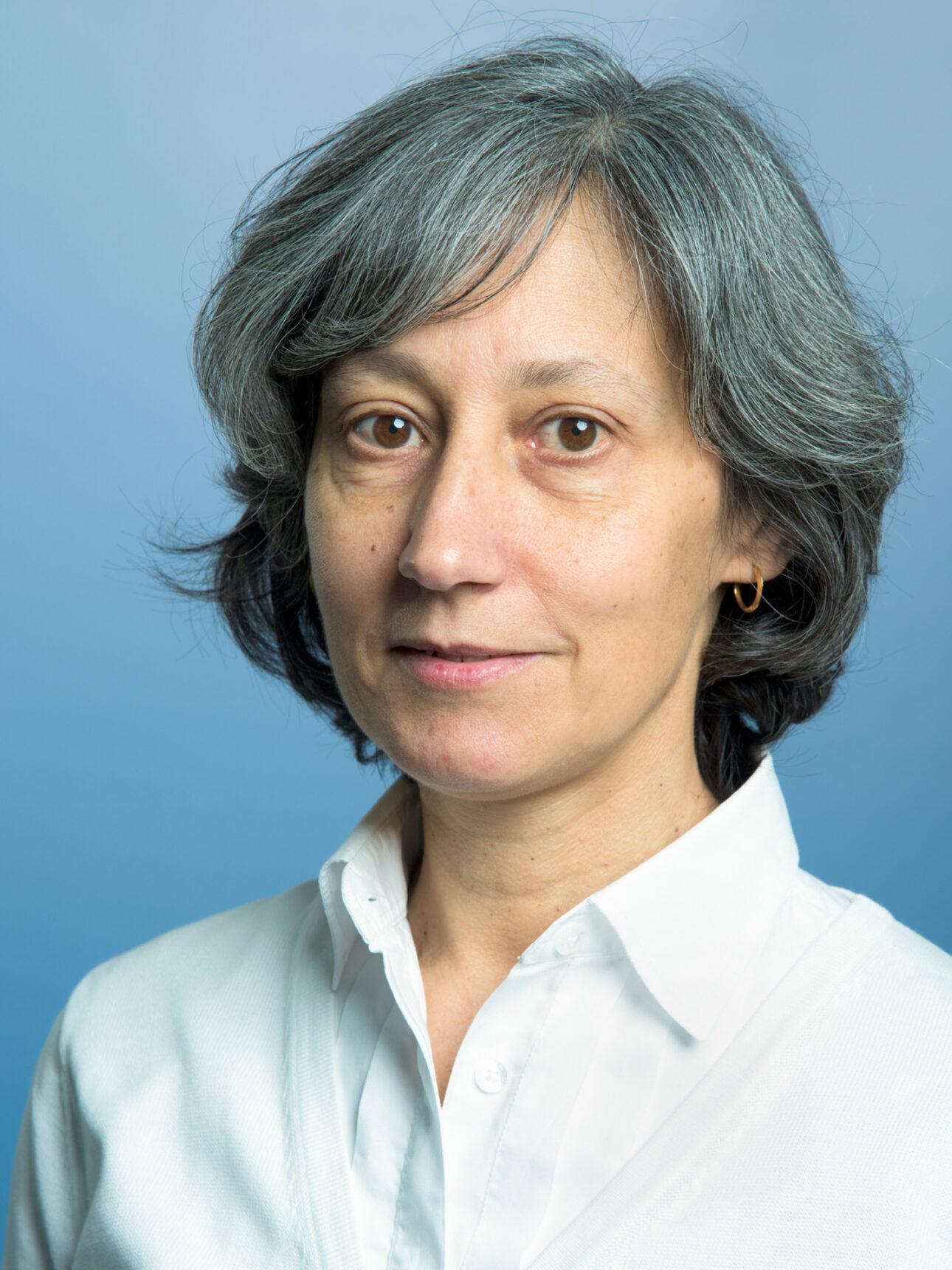 Photo of Gabriela Gomes against a blue background